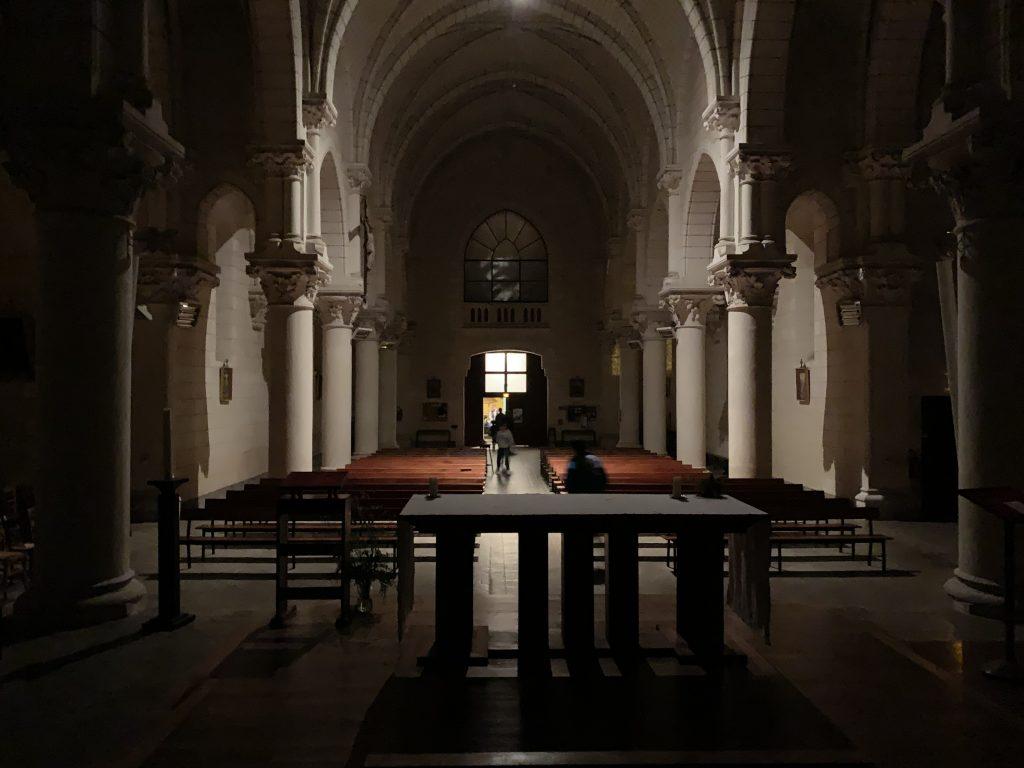 Arrivée des participants dans l'église de Béruges, avant dernière étape de l'Oppidum Game.